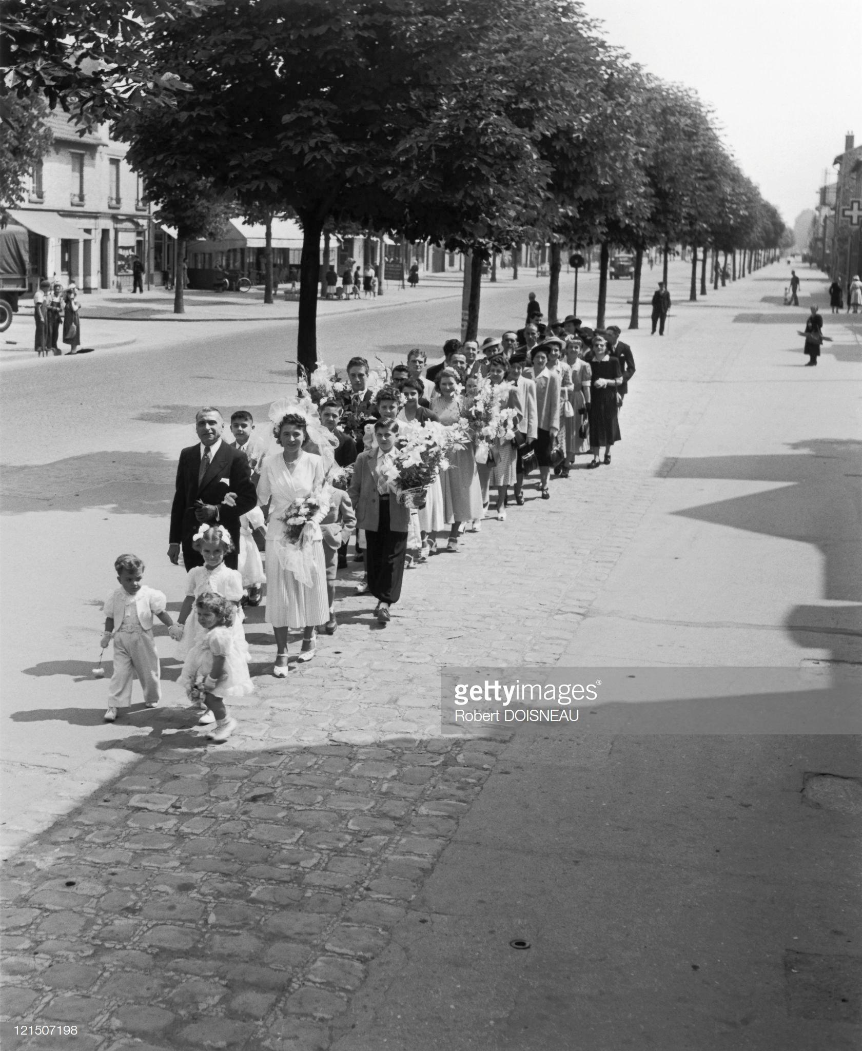 1935. Шествие детей перед свадьбой по улице Шуази Ле Руа в департаменте Валь-де-Марн
