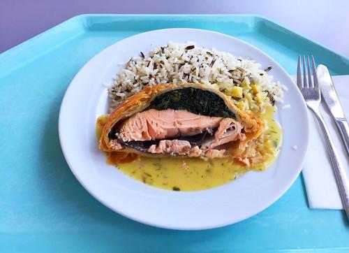 Salmon filet with spinach in puff pastry with herb sauce & wild rice / Lachsfilet mit Spinat in Blätterteig mit Kräutersauce & Wildreis