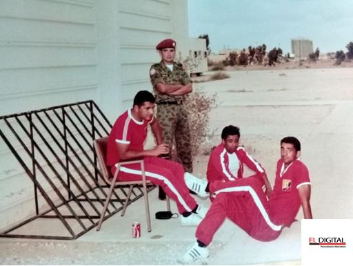 Esteban en la península del Sinaí junto a hombres pertenecientes a la Fuerza Multinacional de Paz