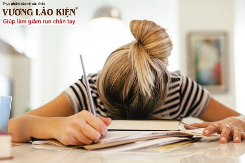 Lo lắng, căng thẳng, áp lực quá mức có khiến bạn bị run tay