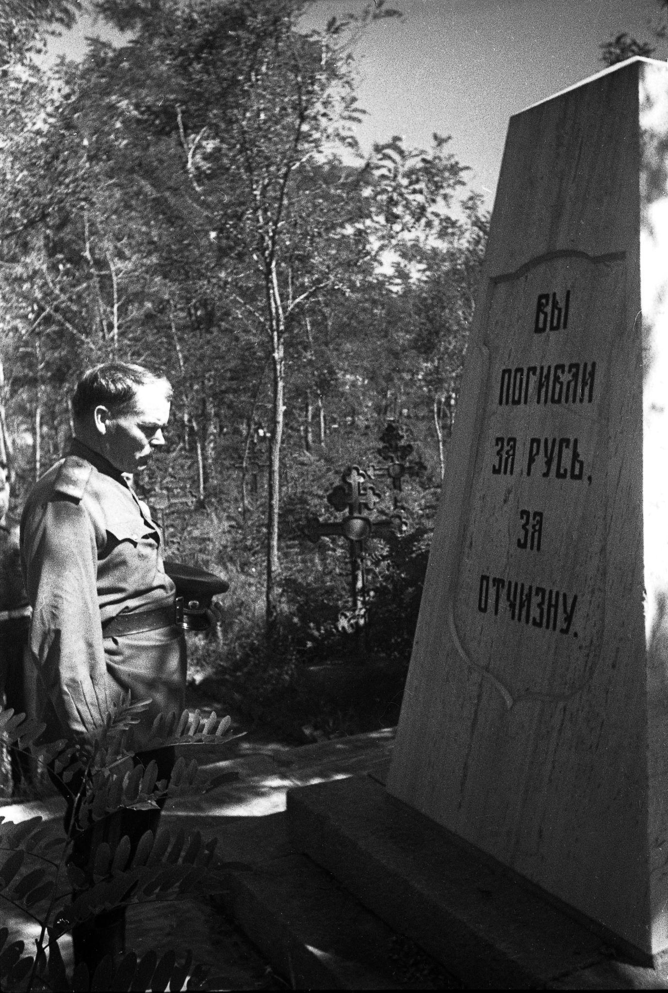 1947. Командующий 39-й армией Приморского военного округа генерал-п у памятника защитникам Порт-Артура (1)