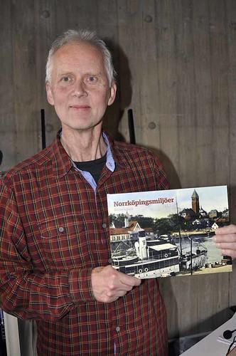 Gunnar Hagberg med sin bok
