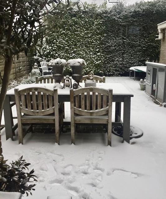 Houten tuinset in de sneeuw