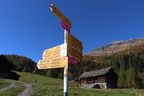 Wegweiser im Weiler Ronco di Gualdo im Campo Tal