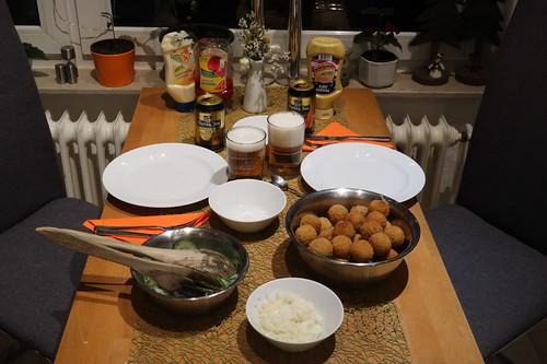 Frittierte Bitterballen (vom Albert Heijn) mit Senf zu Gurkensalat und Hertog Jan Bier (Tischbild)