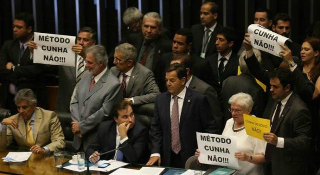 Deputados da oposição em protesto contra Eduardo Cunha e Rodrigo Maia na Câmara, em 2016 - Créditos: Fabio Rodrigues Pozzebom/Agência Brasil