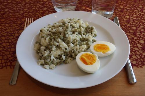 Resteverwertung: Reis vom Vortag in heller Soße mit Dosenerbsen und hartgekochtem Ei