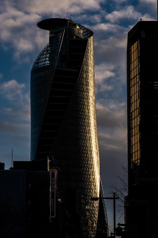 夕日を浴びるスパイラルタワーズ