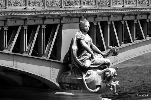 Le pont Mirabeau là où l'amour file avec l'eau de la Seine, là où les piles chantent commerce et navigation. Un pont métallique de la fin du XIXe siècle en honneur d'un révolutionnaire modéré : Honoré Gabriel Riquetti de Mirabeau.
