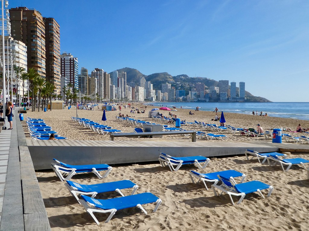 Plenty of available sunbeds in winter on the beaches of Benidorm