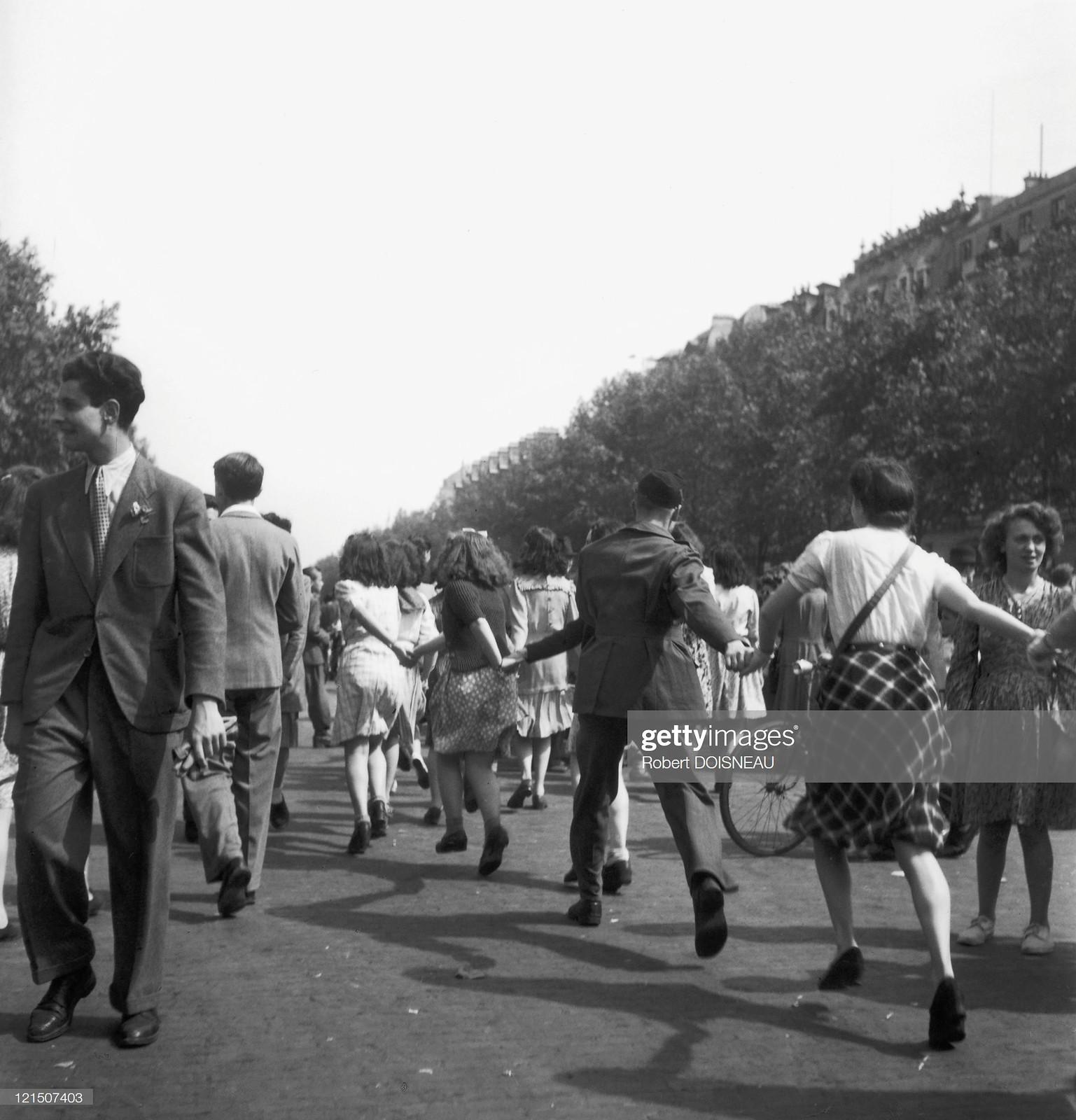 1944. Ликующие парижане празднуют освобождение столицы