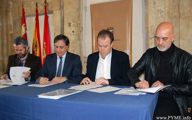 Instante de la firma del Consejo del Diálogo Social de Salamanca 2019 entre los representantes del Ayuntamiento de Salamanca; la patronal CONFAES y los sindicatos UGT y CCOO.