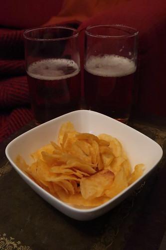 St Austell Tribute Pale Ale (eingeschänkt) und Walkers Roast Chicken Crisps (umgefüllt)