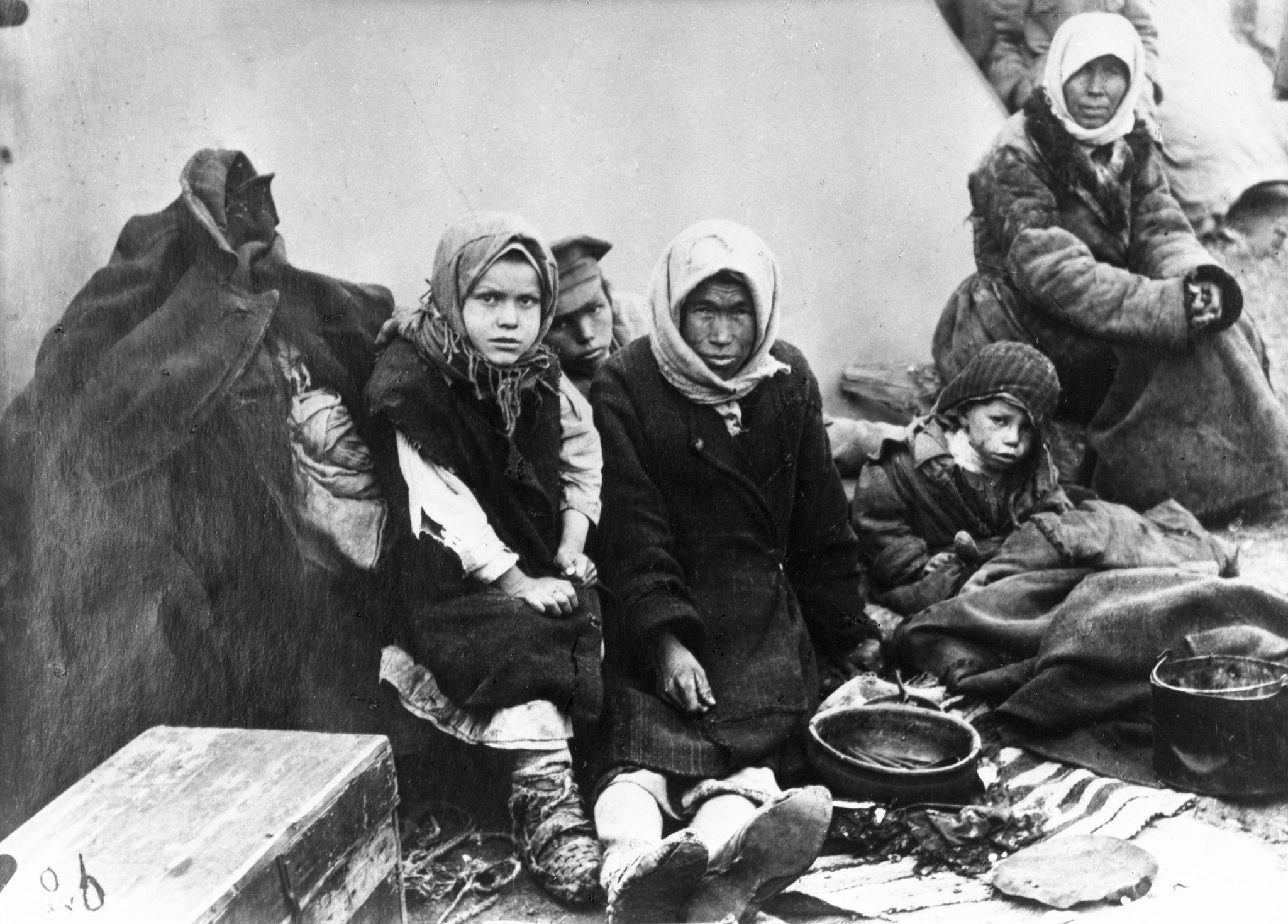 Голодная семья чувашей возле своей палатки. Самара