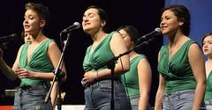 el-coro-femenino-de-tomelloso-levanta-de-sus-asientos-al-publico-del-gran-teatro-de-villarrobledo-con-su-espectaculo-musical-singing-america-24