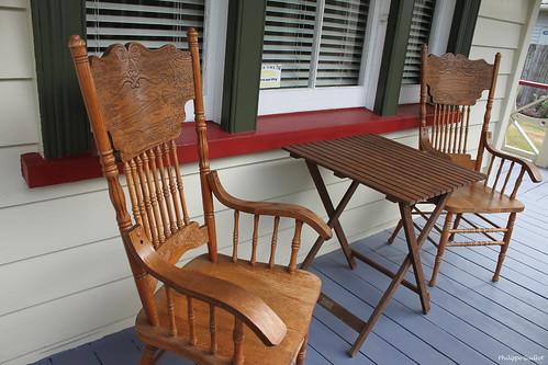 Chaises et table traditionnelles en bois
