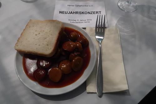 Currywurst in der Pause des Neujahrskonzerts der Herner Symphoniker