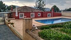 Finca de 1100 m2, aproximados de parcela y unos 160 m2 aproximados, con piscina, parking, huerta. Solicite más información a su inmobiliaria de confianza en Benidorm  www.inmobiliariabenidorm.com