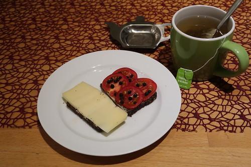 Goudino bzw. Tomaten mit fermentiertem Pfeffer auf Schwarzbrot