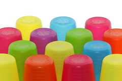 Bunte Plastikbecher