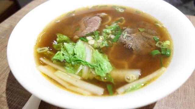 紅燒牛肉麵 ($120),雖然是紅燒口味但我覺得跟有些店家的清燉湯頭有點像耶@台北信義區/南龍麵屋