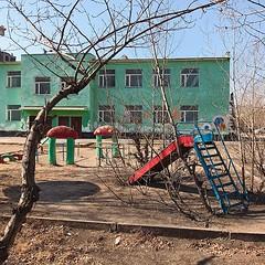 蒙古國學校猶如置身過去,鐵梯、車軚等遊樂設施都很Old-school啊! 【浪游旅人】https://ift.tt/1zmJ36B #bacpackerjim #school #sovietisation #cyrillic #monholiancyrillic #ulaanbaatar #mongolia #Улаанбаатар #монголулс