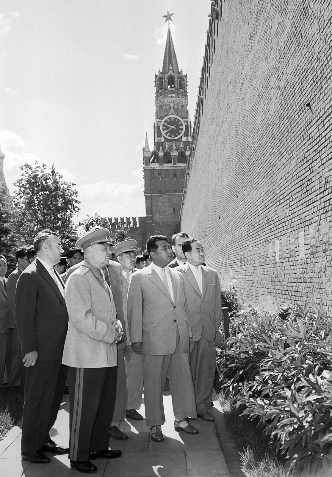 1961. Генеральный секретарь Рабочей партии Кореи, Президент Корейской Народно-Демократической Республики Ким Ир Сен и корейская правительственная делегация посещают Красную площадь (2)