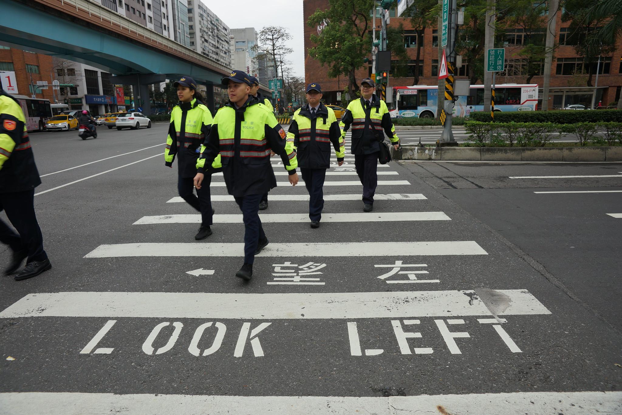 上午警方將陳抗人士全數隔離在遠處,封閉會場周圍街口。(攝影:王顥中)