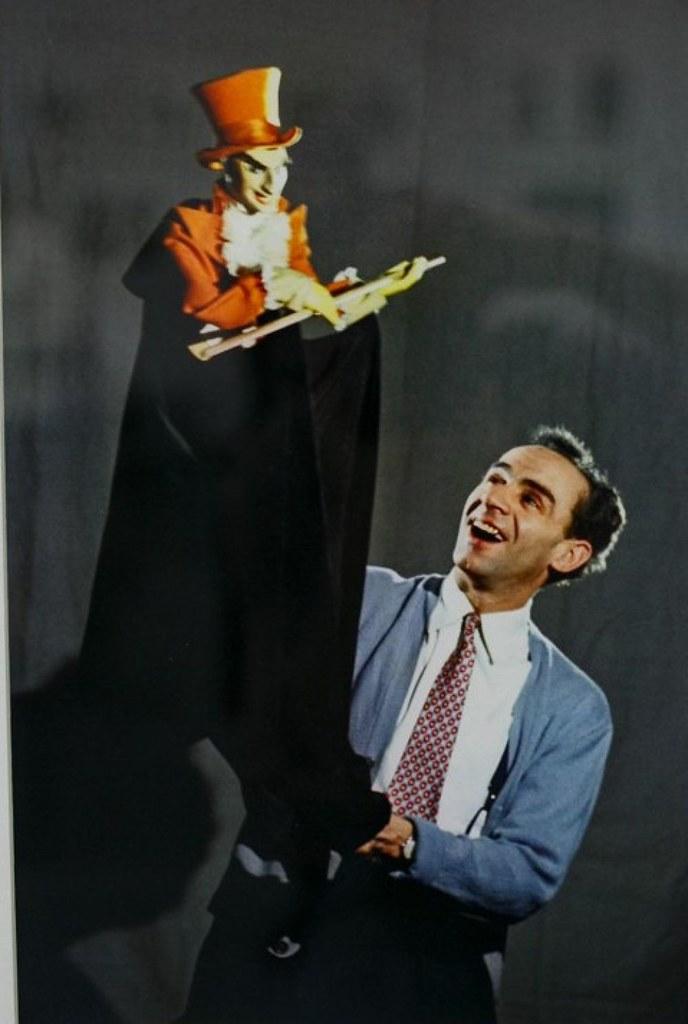 1955. Актер театра и кино Зиновий Гердт в Центральном театре кукол. Москва,