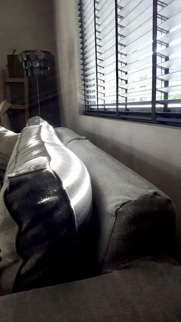 Zwarte luxaflex landelijke woonkamer