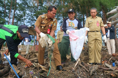 Hari Peduli Sampah Nasional, BKSDA Kalsel Bersihkan TWA Pelaihari (03)