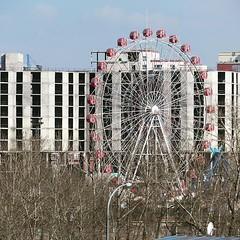 隔著鐵絲網遠攝,城中心有個詭異摩天輪⋯⋯不知道遊樂園是否荒廢,抑或因冬季而停運呢? 【浪游旅人】https://ift.tt/1zmJ36B #bacpackerjim #ferriswheel sovietisation #cyrillic #monholiancyrillic #ulaanbaatar #mongolia #Улаанбаатар #монголулс