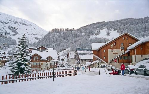 France, après la chute de neige au village de Valloire-Galibier