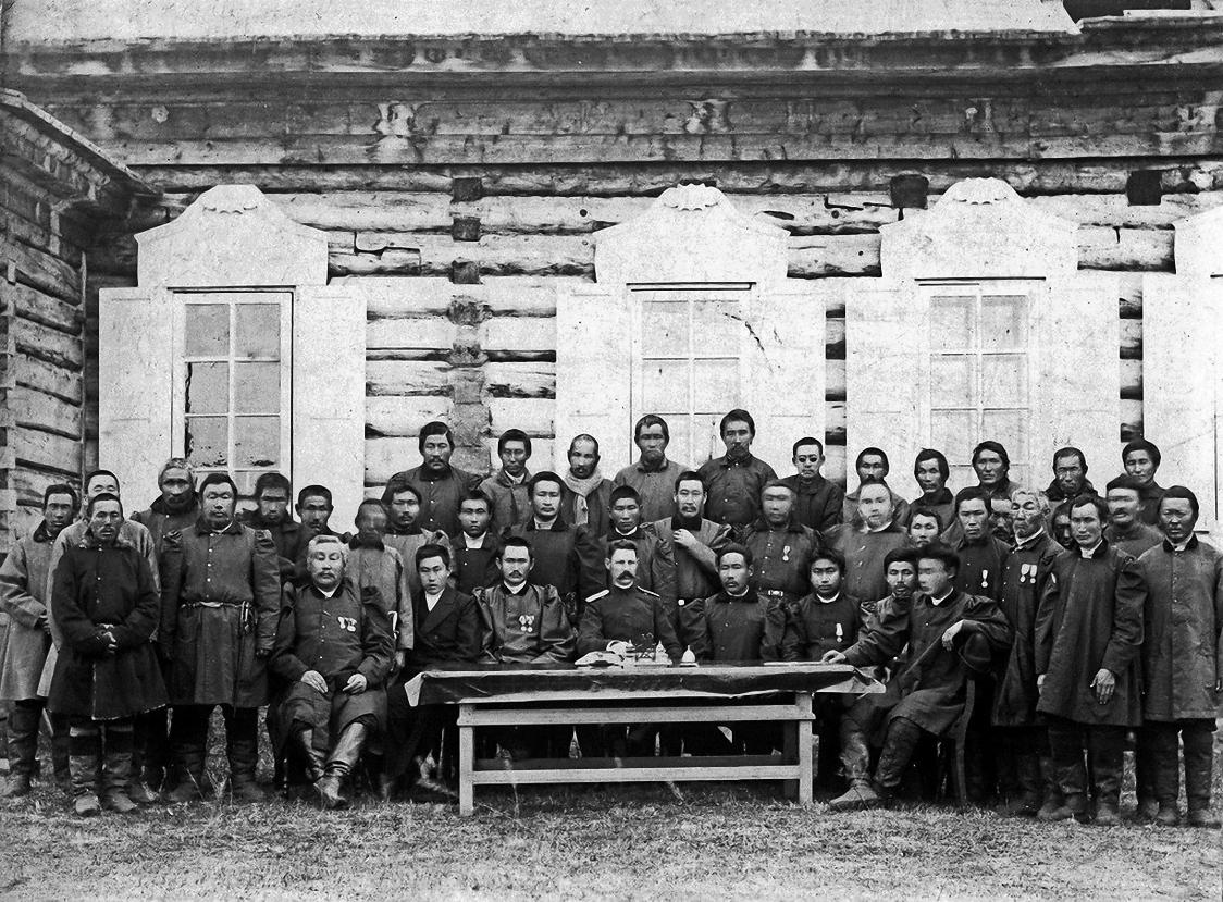 Участники заседания Восточно-Кангаласской инородной управы Якутского округа Якутской области с исправником Поповым. Сентябрь 1898