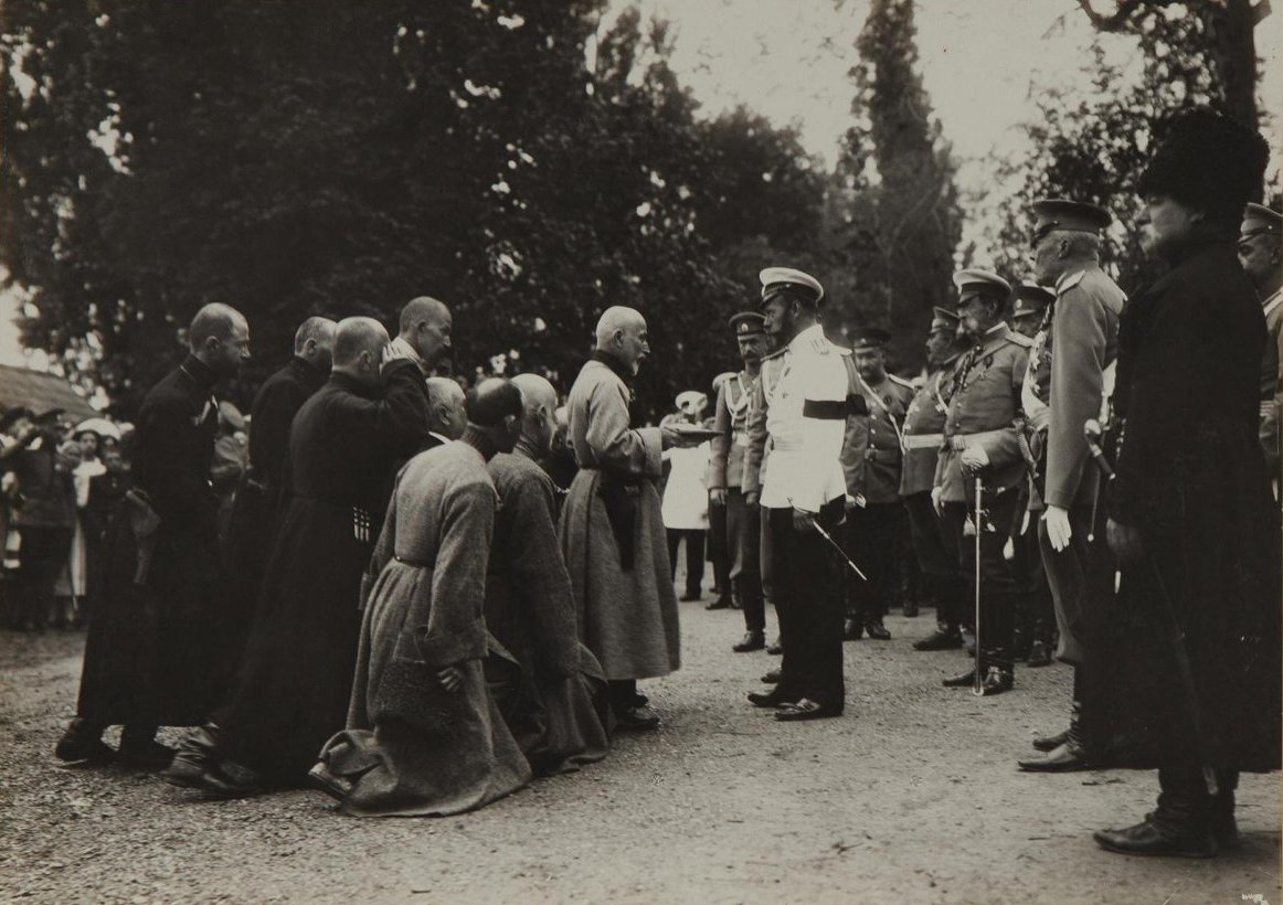 1912. Император Николай II принимает подношение от группы грузин