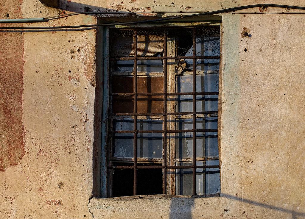 Finestra di casa abbandonata