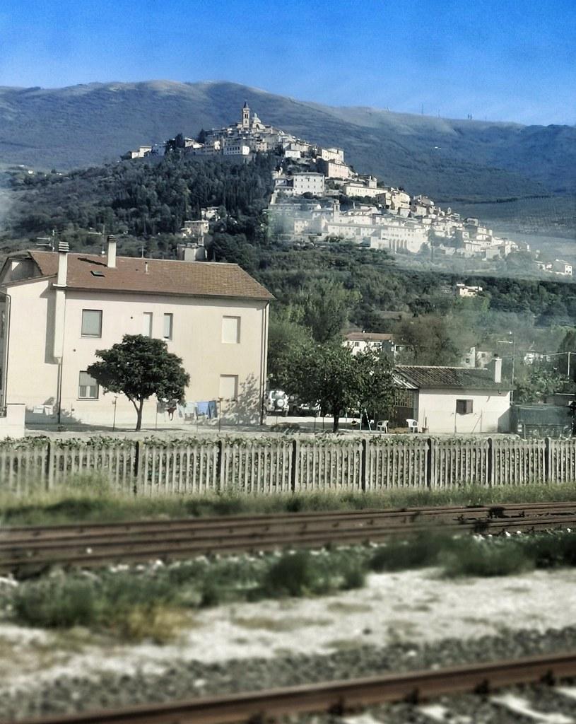 Assisi rautatieasemalta nähtynä