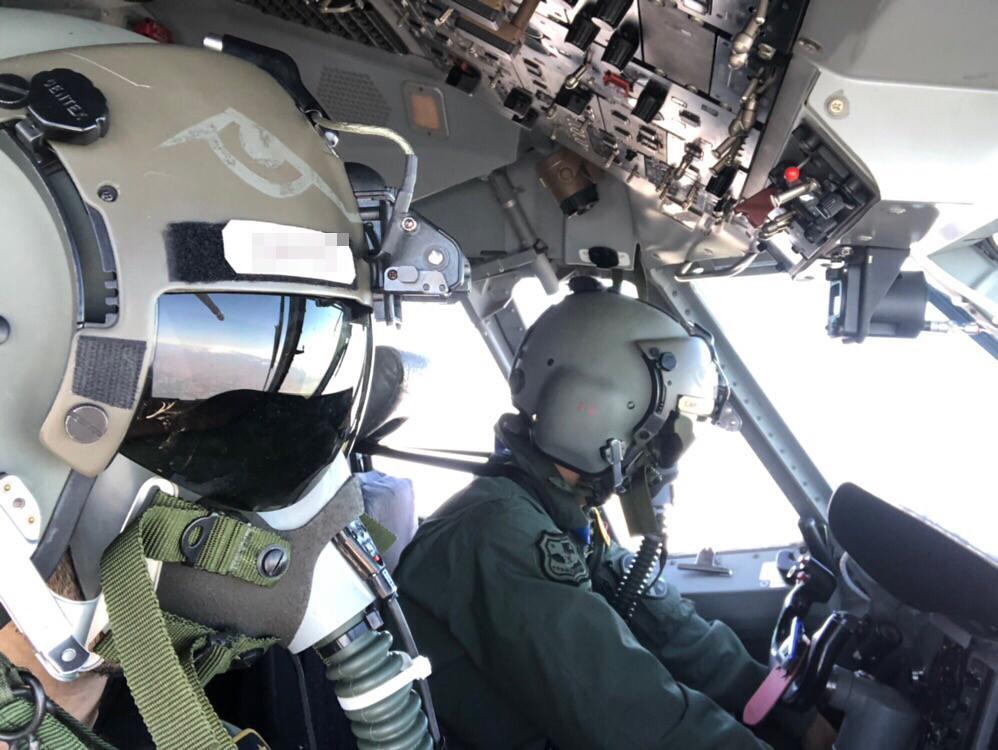 Pilotos de C-295 durante un lanzamiento de paracaidistas a alta cota