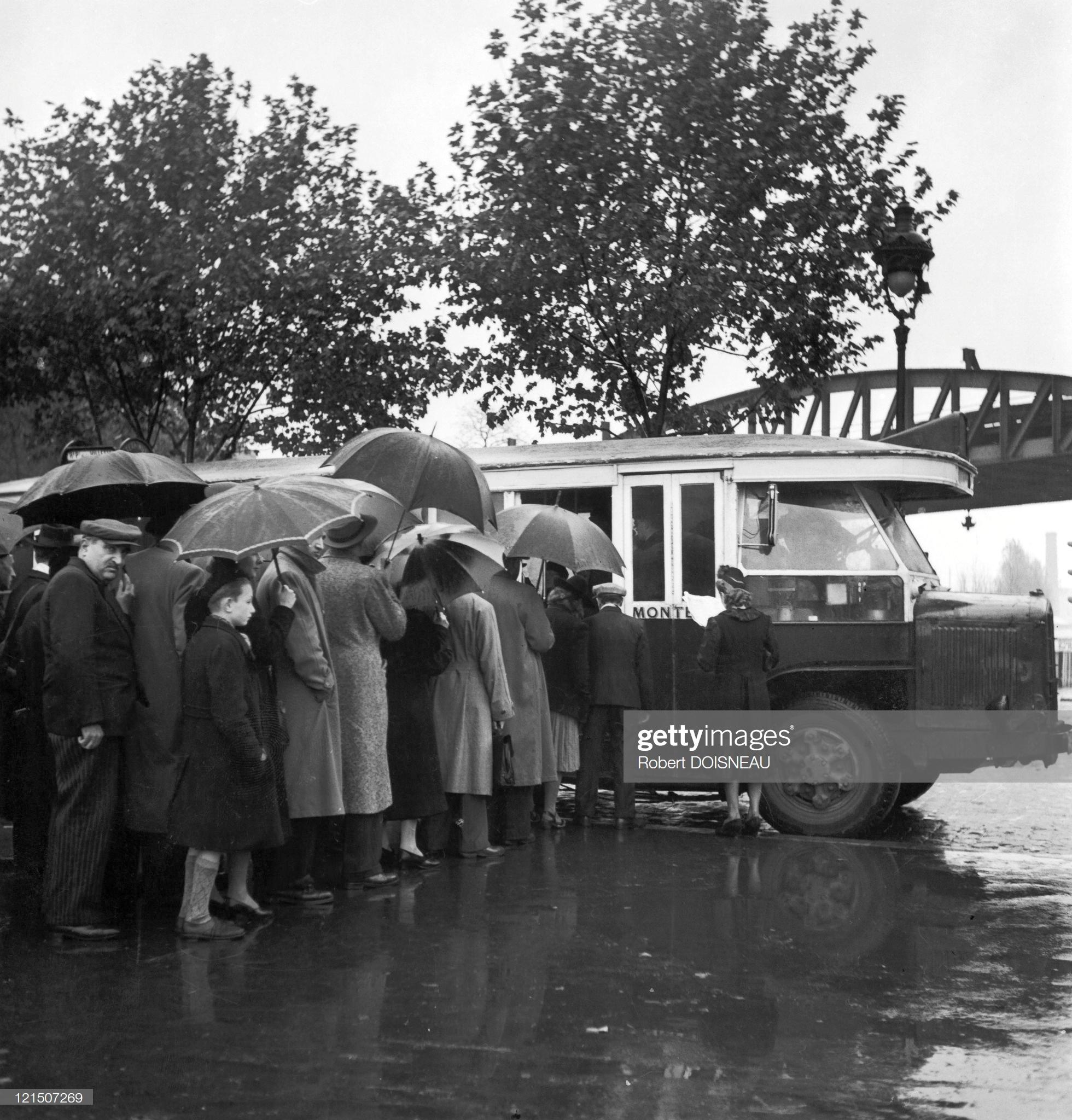 1942. Автобусная остановка. Париж
