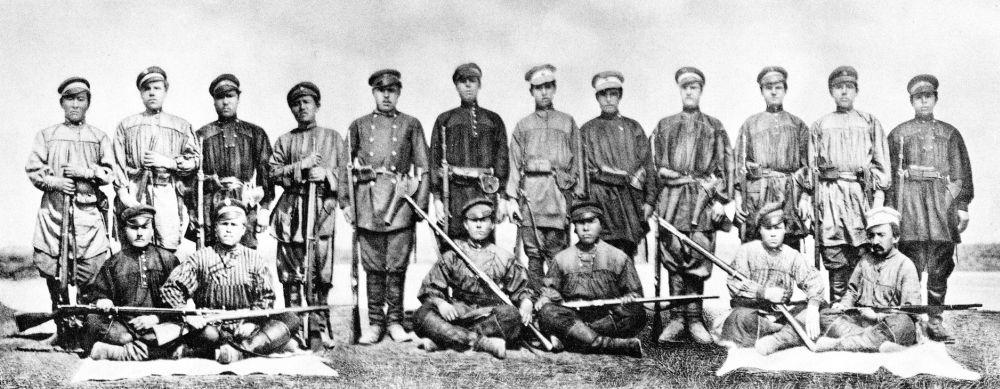 Экспедиция Н.М. Пржевальского. Николай Михайлович в первом ряду крайний справа
