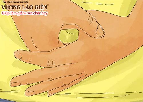 Nhấn một ngón tay vào vùng bắp thịt bên dưới ngón tay cái cũng giúp giảm run