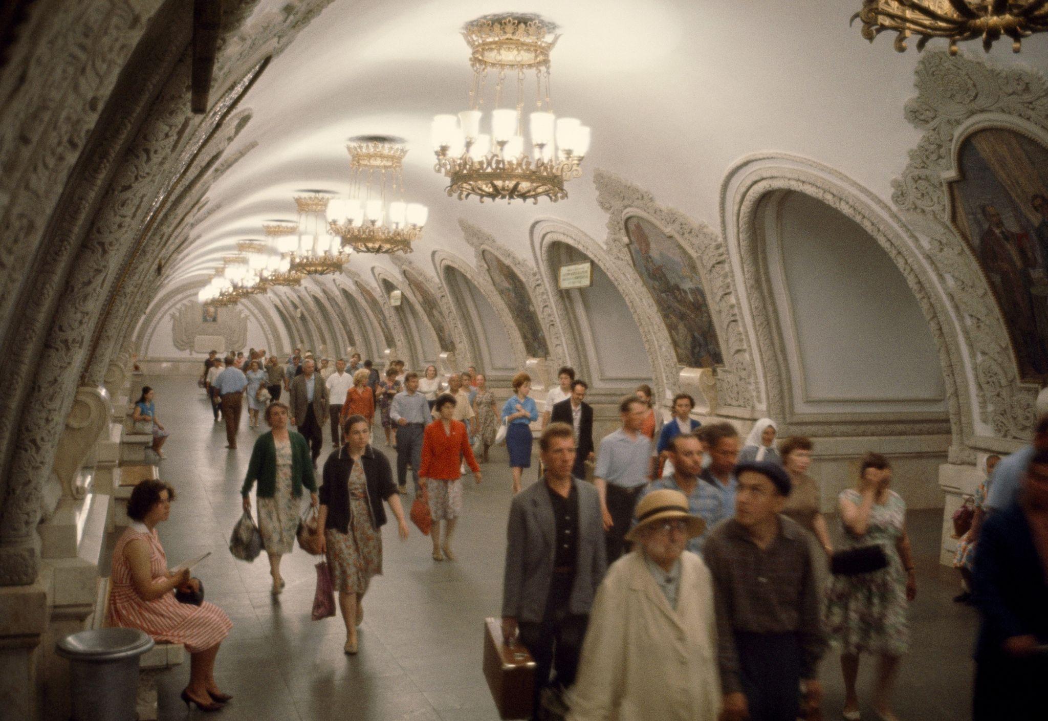 1964. Пассажиры толкаются в коридорах метро, украшенных картинами