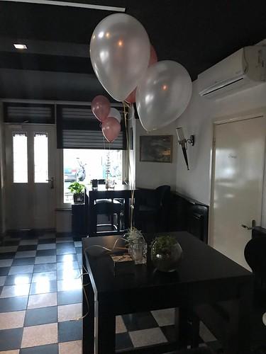 Tafeldecoratie 3ballonnen Rosegoud en Wit Wijnbar Grapps Spijkenisse