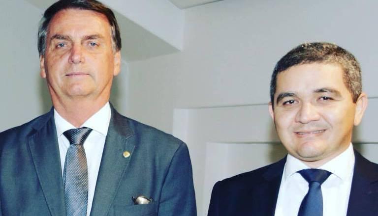 Presidente da Apex ignora demissão e permanece no governo Bolsonaro, Alex e Bolsonaro