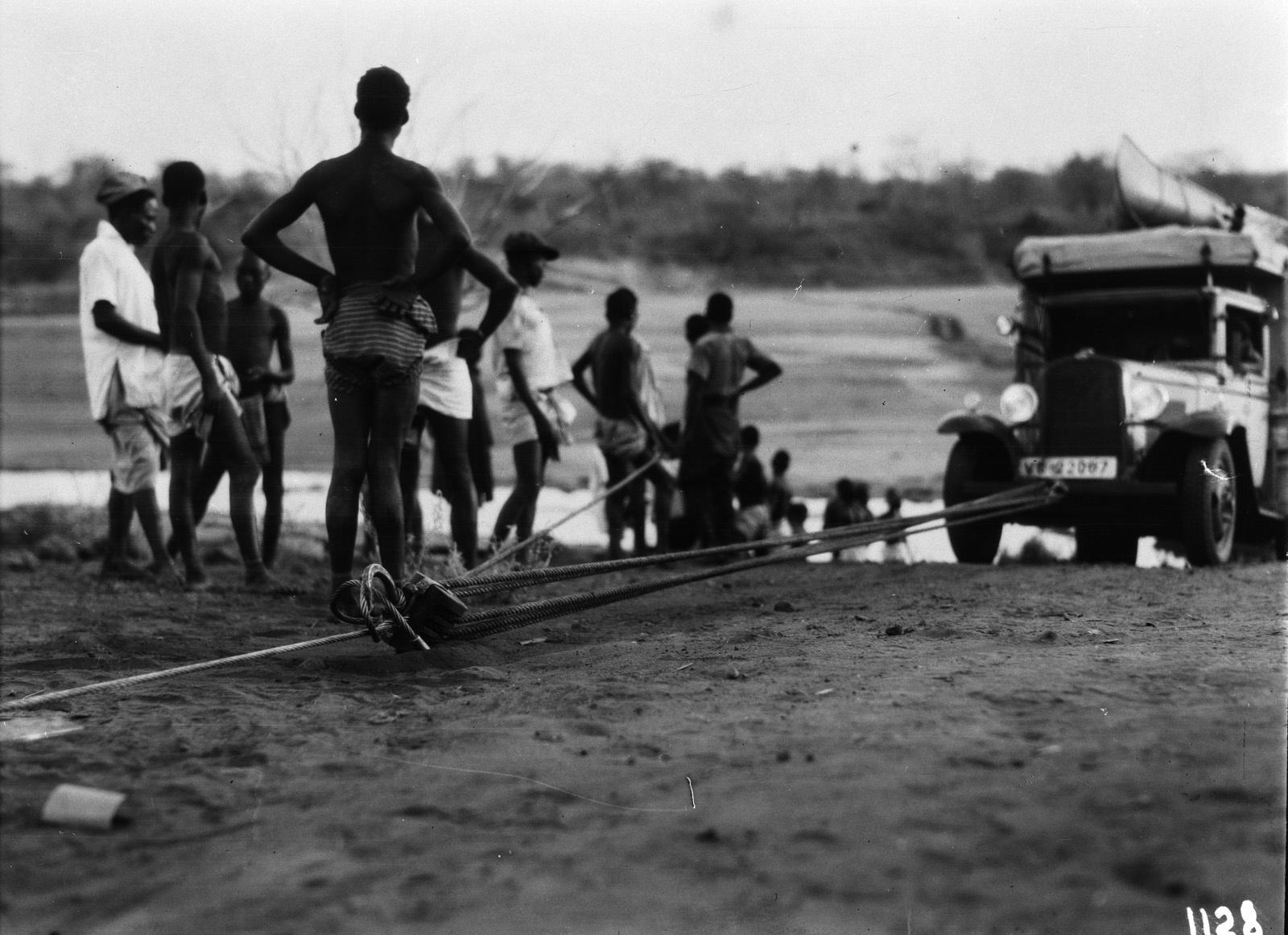 1128. Лундази.  Экспедиционный грузовик вытягивают на берег