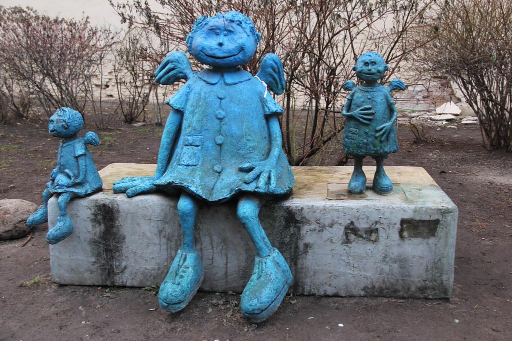 Curious blue figures, Praga, Warsaw