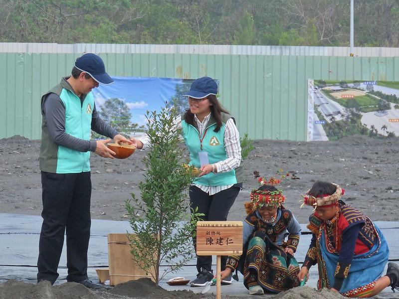 陳建仁副總統在民族學校種樹,為中樞植樹儀式揭開序幕。廖靜蕙攝