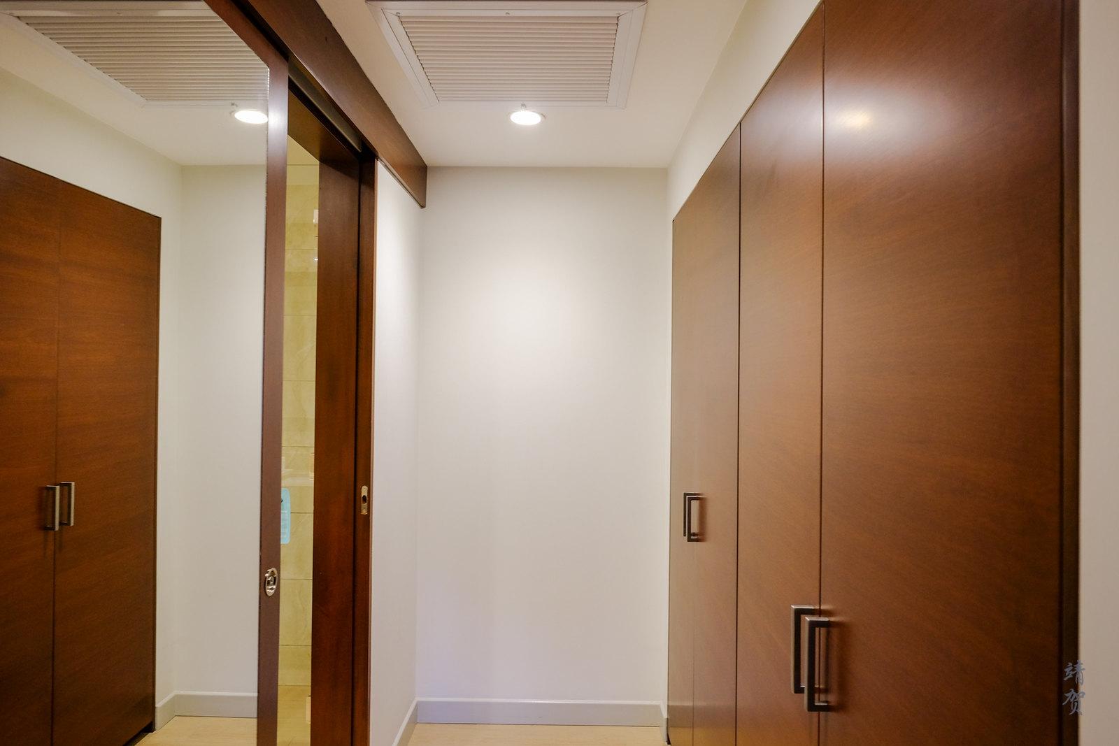 Closet corridor