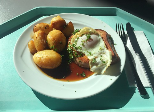 Bavarian meat loaf with fried egg & gracy / Abgebräunter Leberkäse mit Spiegelei & Bratensauce