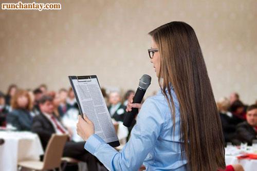 Tay run rẩy, giọng nói run run khi phát biểu trước đám đông là hiện tượng không hiếm gặp ở nhiều bạn trẻ